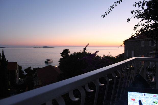 Blick von unserem Balkon bei Sonnenuntergang.