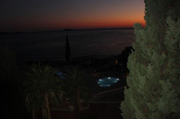 Swimmingpool Astarea bei Nacht.