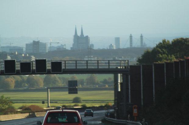 Köln von der Autobahn gesehen, in der Mitte der Dom.