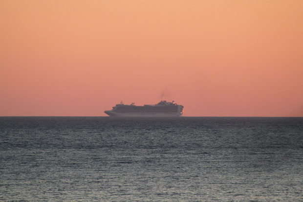 Kreuzfahrer bei Sonnenuntergang.
