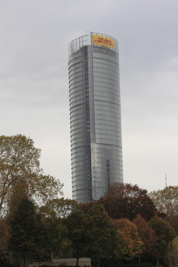 Der DHL-Tower, er steht nicht schief,es ist eine optische Täuschung.,