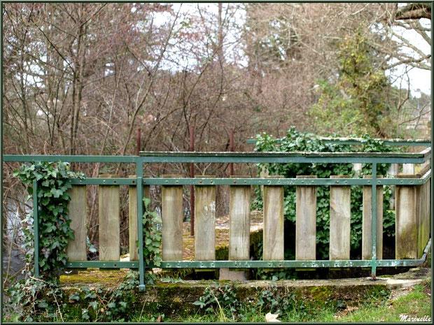 Rambarde de protection d'une des écluses et sa cascade sur le Canal des Landes au Parc de la Chêneraie à Gujan-Mestras (Bassin d'Arcachon)
