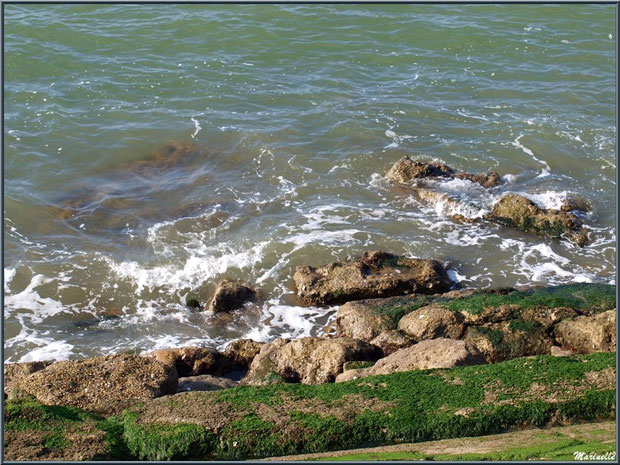 Vaguelettes au bas de la jetée de La Corniche à Pyla-sur-Mer, Bassin d'Arcachon (33)
