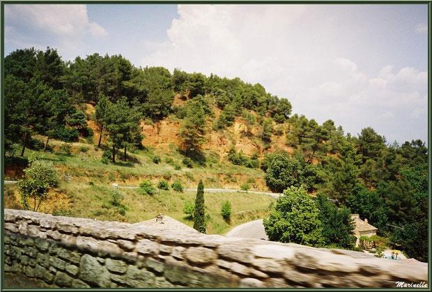 Les carrières d'ocres vues depuis la route, village de Roussillon, Lubéron (84)