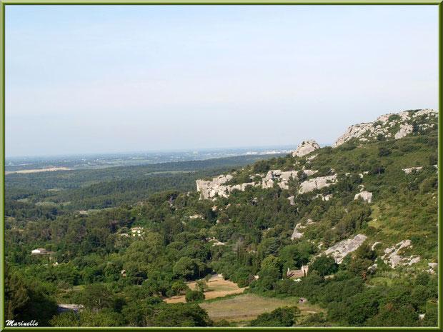 Vue panoramique sur la vallée et les Alpilles au détour d'une ruelle, Baux-de-Provence, Alpilles (13)