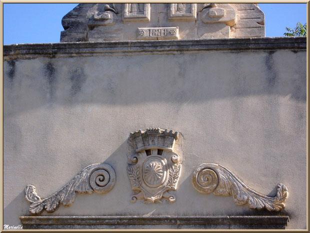 Haut de porte de la façade du Musée des Santons, Baux-de-Provence, Apilles (13)