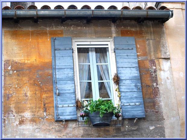 Fenêtre aux volets bleus dans une ruelle centre ville à Saint Rémy de Provence, Alpilles (13)