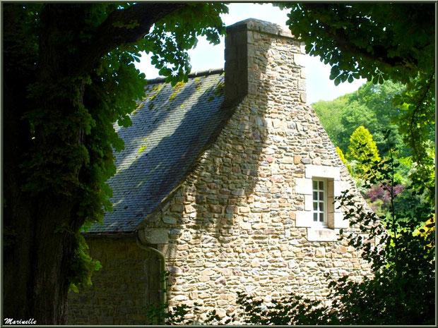 Le Manoir (vu depuis le sentier menant à la Vallée du Bas) - Les Jardins du Kerdalo à Trédarzec, Côtes d'Armor (22)