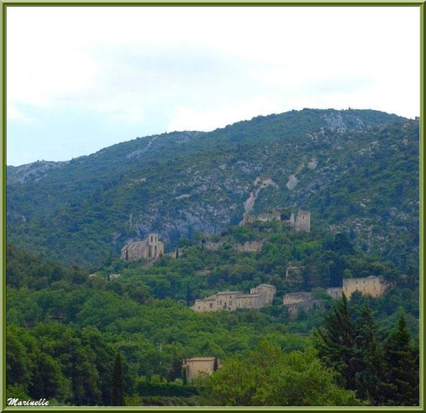 Le village perché d'Oppède-le-Vieux, Lubéron (84), aperçu depuis la route montant vers le village