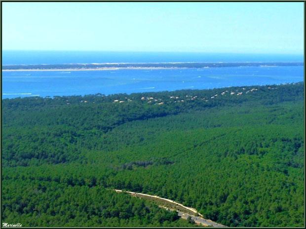 La Teste et sa pinède, le Pyla, le Bassin et le Cap Ferret en face avec son phare et le sémaphore puis l'océan Atlantique à l'horizon, Bassin d'Arcachon vu du ciel (33)