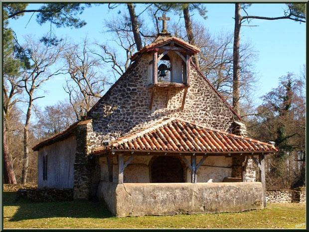 La chapelle Saint-Roch au milieu de l'airial à Saugnacq-et-Muret (40)