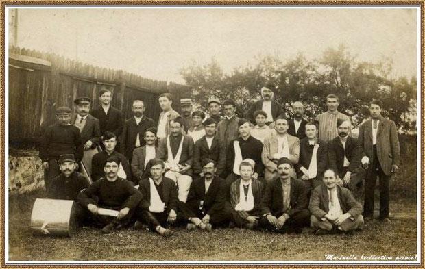 """Gujan-Mestras autrefois : Personnel et hospitalisées dans la cours de la Conserverie """"Billette & Cie"""" au Port du Canal (transformée en hôpital bénévole de septembre 1914 à juin 1917), Bassin d'Arcachon (carte postale, collection privée)"""