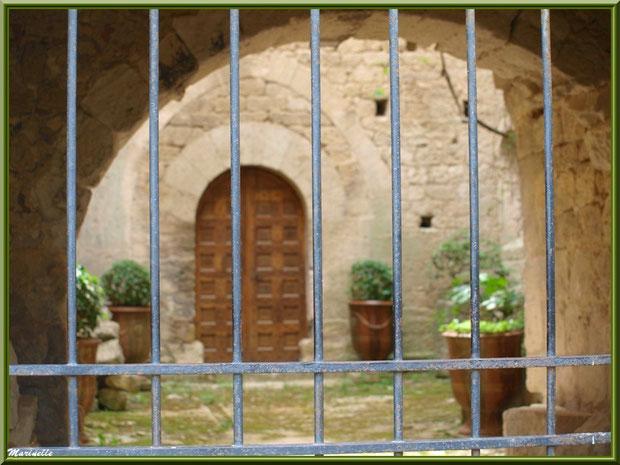 Propriété et son entrée derrière une grille dans le village d'Oppède-le-Vieux, Lubéron (84)