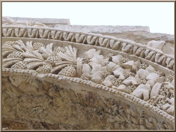Détail de la voûte extérieure de l'Arc de Triomphe des Antiques à Saint Rémy de Provence, Alpilles (13)