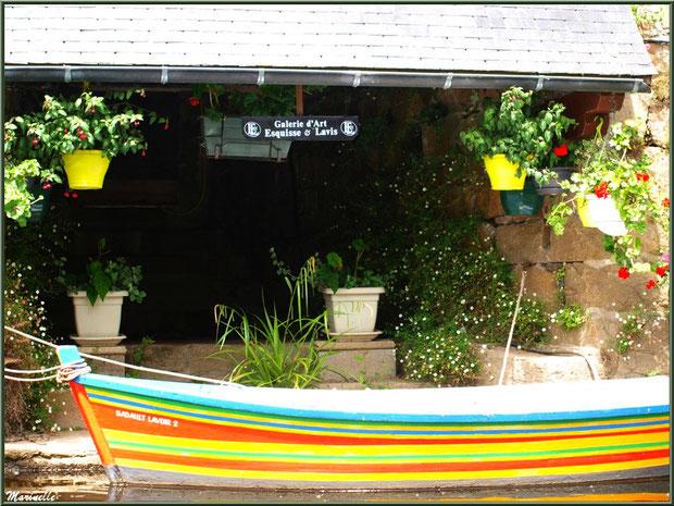 Ancien lavoir fleuri et son canot multicolore en bordure du Trieux, Pontrieux, Côte d'Armor (22)