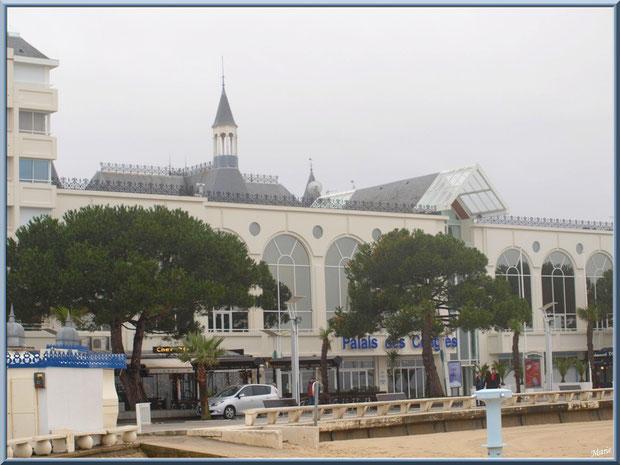 """Arcachon, """"Ville d'Eté"""", le Palais des Congrès en front de mer et le dôme du Casino de la Plage en fond, Bassin d'Arcachon"""