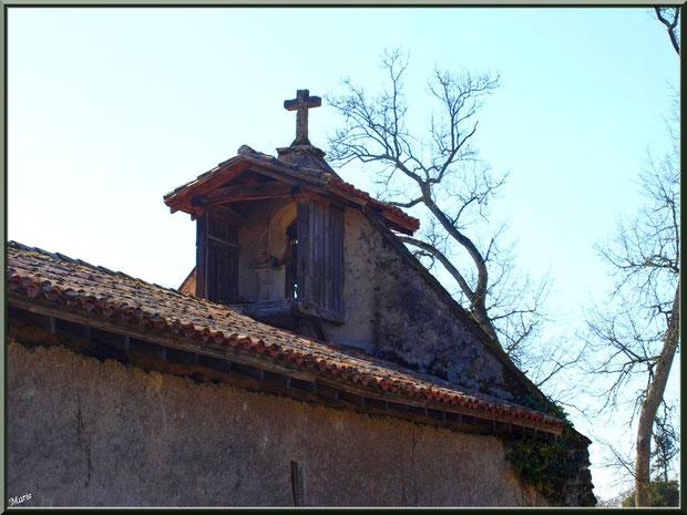 Le clocher-mur de la chapelle Saint-Roch à Saugnacq-et-Muret (40), vu de l'arrière