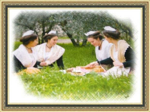 Arlésiennes dans une oliveraie des Alpilles à Saint Rémy de Provence, Bouches du Rhône