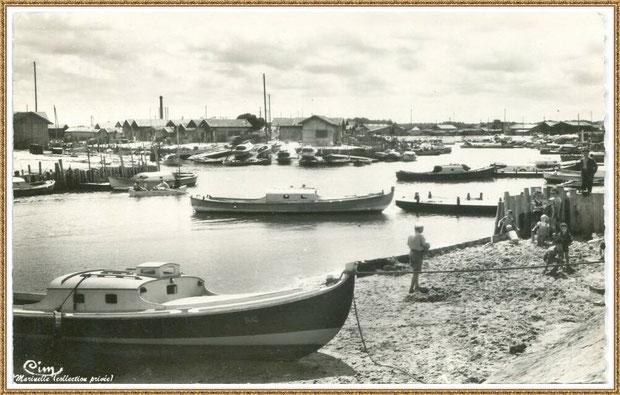 Gujan-Mestras autrefois : Port de Larros avec sa petite plage, côté darse principale, en bas de la Jetée du Christ, Bassin d'Arcachon (carte postale, collection privée)