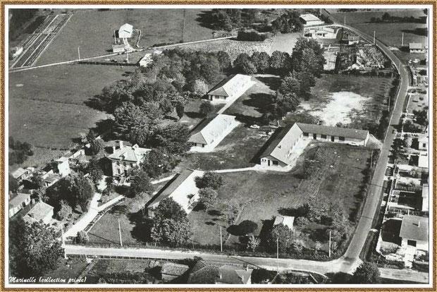 """Gujan-Mestras autrefois : vue aérienne de la colonie """"Chante Cigale"""", angle Cours de la Marne et Rue de la Liberté, Bassin d'Arcachon (carte postale, collection privée)"""