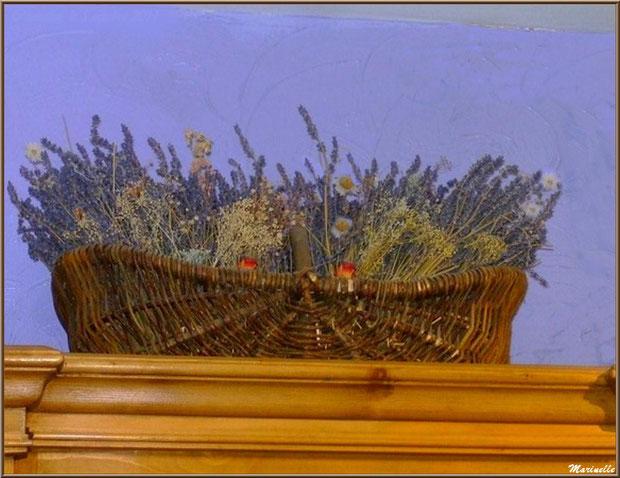 """Le """"Musée de la Lavande"""" à Coustellet (84) : panier de lavande et fleurs séchées en haut d'une armoire de la boutique"""