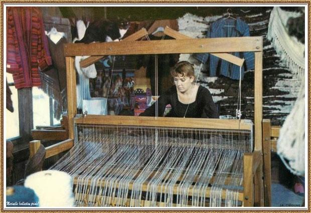 Gujan-Mestras autrefois : Atelier de tissage de laine au Village Médiéval d'Artisanat d'Art de La Hume, Bassin d'Arcachon (carte postale, collection privée)