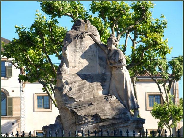 Statue du Monument aux Morts (avec Ecole de la République en fond), Place de la République, Saint Rémy de Provence, Alpilles (13)