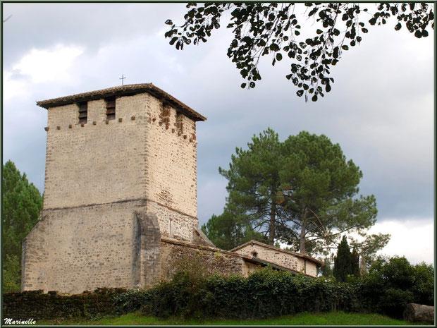 Eglise Saint Pierre de Mons vue depuis le chemin en contrebas menant à la fontaine Saint Clair, Belin-Beliet (Gironde)
