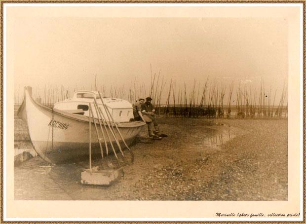 """Gujan-Mestras autrefois : Pinasse """"Lady"""" sur un parc à huître à marée basse, 2ème pinasse à mon grand-père, Bassin d'Arcachon (photo famille, collection privée)"""