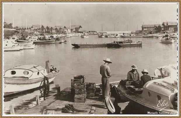 Gujan-Mestras autrefois : Ostréiculteurs au travail dans la darse principale du Port de Larros, Bassin d'Arcachon (carte postale - version NB, collection privée)