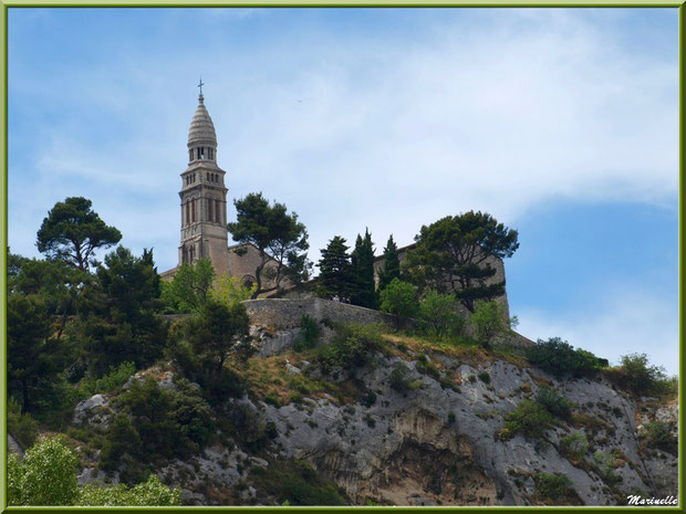 Chapelle Notre Dame de Beauregard (vue zoomée depuis la route en contrebas du village), village d'Orgon, entre Alpilles et Lubéron (13)