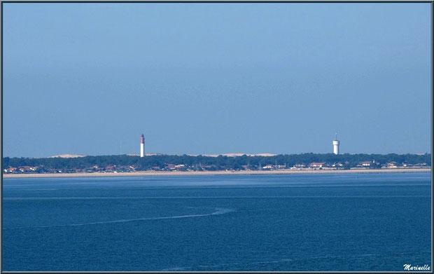 Le Cap Ferret avec son phare et son sémaphore vu depuis la jetée promenade de La Corniche à Pyla-sur-Mer, Bassin d'Arcachon (33)