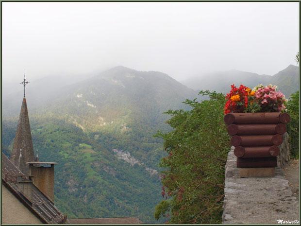 """""""Jardin suspendu"""", clocher de l'église Saint Laurent et les Pyrénées dans la brume en fond de décor, village d'Aas, Vallée d'Ossau (64)"""