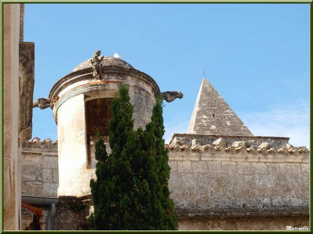 La Lanterne des Morts sur le flanc Sud de l'église Saint-Vincent, Les Baux-de-Provence, Alpilles (13)