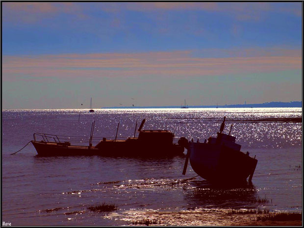 Coucher de soleil en bord de plage de Claouey et bateaux au mouillage, Bassin d'Arcachon