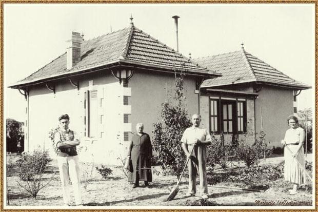 Gujan-Mestras autrefois : Famille dans son jardin devant leur maison, Bassin d'Arcachon (photo collection privée)