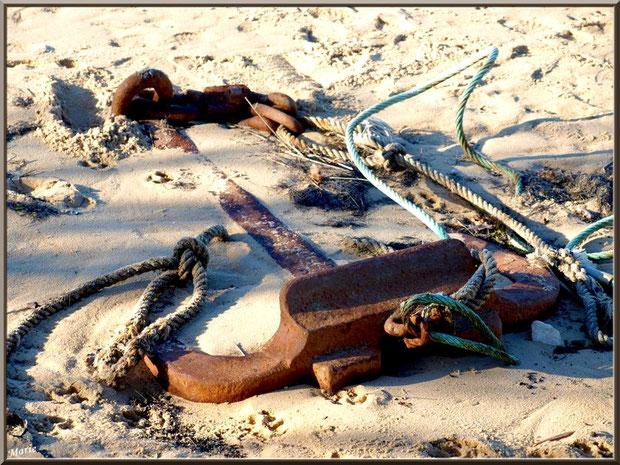 Ancre abandonnée dans le sable sur la plage, côté Bassin, sur le Sentier du Littoral, secteur Moulin de Cantarrane, Bassin d'Arcachon