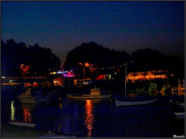 """Le port ostréicole de La Teste de Buch de nuit à l'occasion d'une des """"Fêtes du Port"""", Bassin d'Arcachon"""
