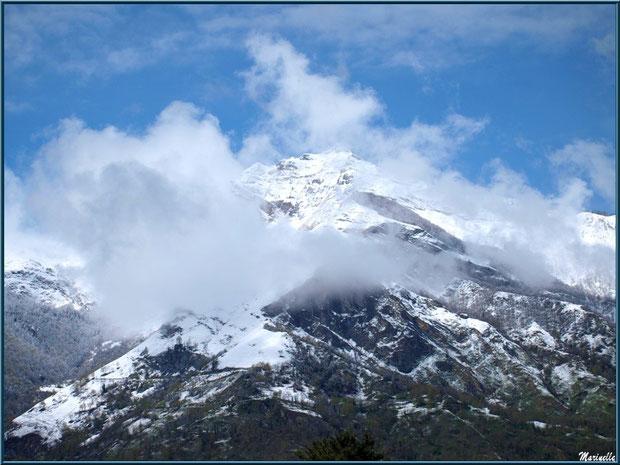 Les Pyrénées au coeur des nuages dans la Vallée d'Ossau aux environs de Laruns (64), en avrill 2013 depuis Laruns