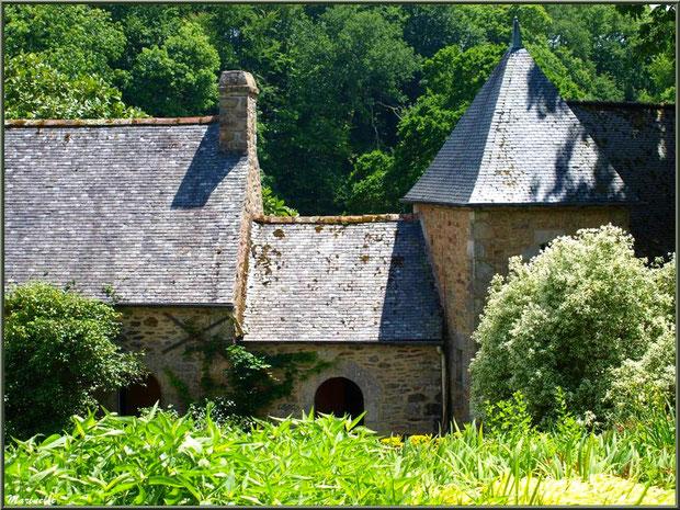 Le Manoir : un bâtiment annexe à l'entrée dans un écrin de végétation - Les Jardins du Kerdalo à Trédarzec, Côtes d'Armor (22)