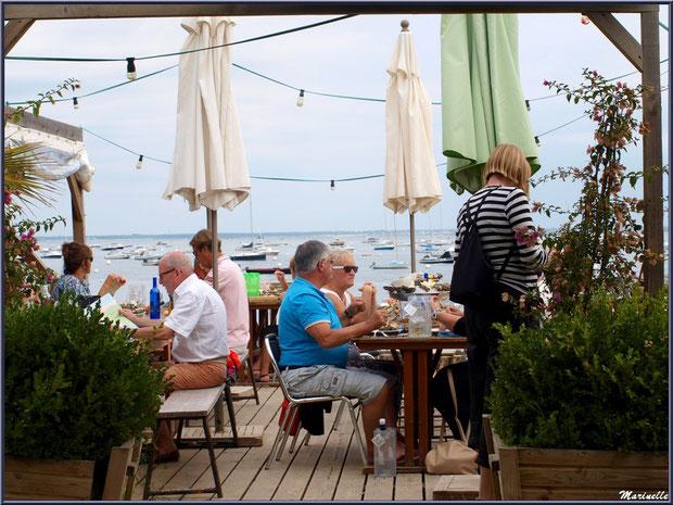 """Terrasse dégusation d'huîtres """"La Barque à Huîtres"""" avec vue sur le Bassin, Village de L'Herbe, Bassin d'Arcachon (33)"""