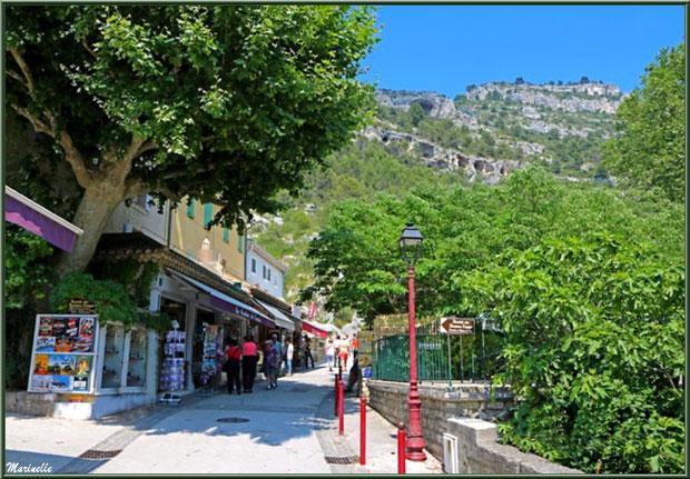 Commerces le long du chemin menant au gouffre et sa résurgence, Fontaine de Vaucluse, Pays de La Sorgue, Vaucluse (84)