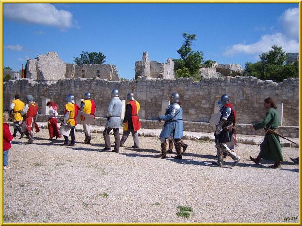 Défilé de la garde devant l'hôpital Quiqueran à droite, Château des Baux-de-Provence, Alpilles (13)