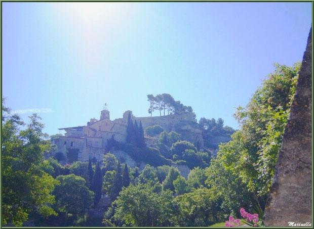 Le village perché de Le Beaucet, Lubéron (84), en plein soleil, aperçu depuis une route en contrebas