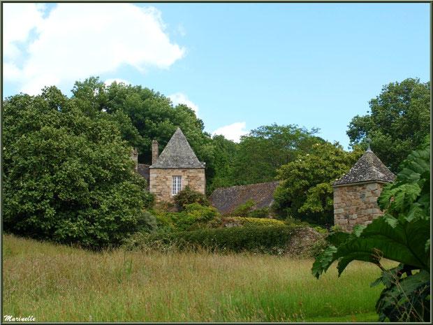 Le Mamoir derrière la végétation - Les Jardins du Kerdalo à Trédarzec, Côtes d'Armor (22)