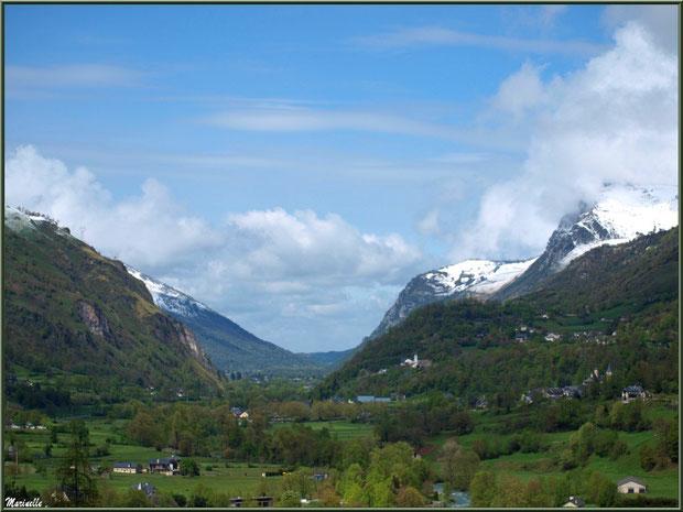 Les Pyrénées et les petits villages dissémines dans la Vallée d'Ossau aux environs de Laruns (64)