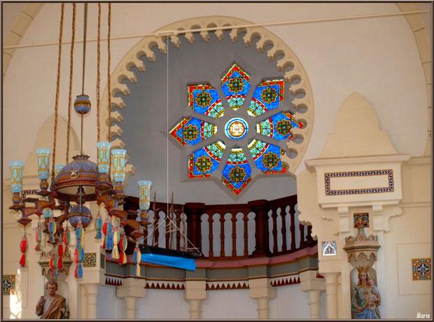 Chapelle Algérienne, le lustre avec en fond le bateau ex-voto pendu, le balcon et la rosace au-dessus de l'autel ainsi que les statues de chaque côté, Village de L'Herbe, Bassin d'Arcachon (33)