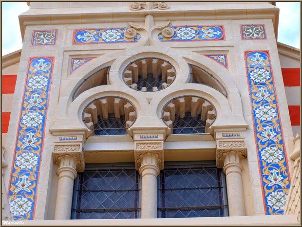 Chapelle Algérienne, détail de la façade avec vitraux au-dessus du balcon,  Village de L'Herbe, Bassin d'Arcachon (33)