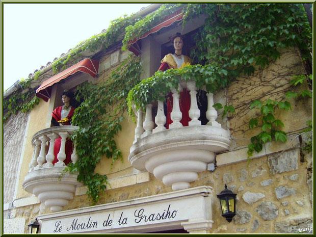 Arlésiennes au balcon d'un restaurant à Fontvielle dans les Alpilles, Bouches du Rhône