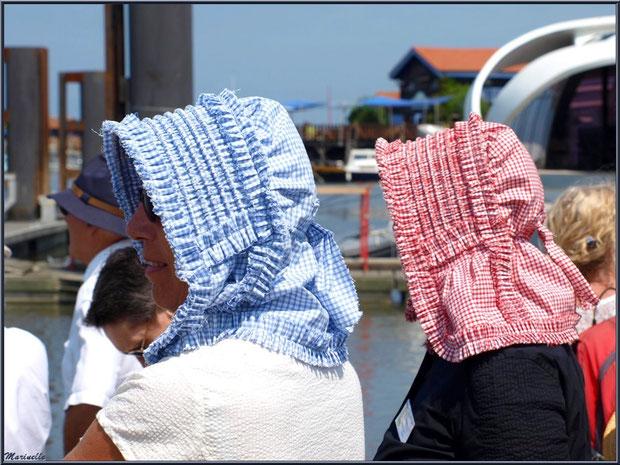 Femmes en tenue locale, coiffées de leur benaise, attendant le retour des pêcheurs de sardine - Fête du Retour de la Pêche à la Sardine 2014 à Gujan-Mestras, Bassin d'Arcachon (33)